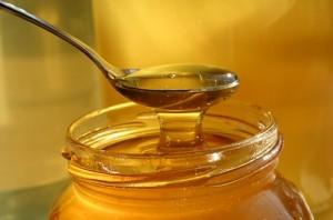 דבש- מתוק יותר מסוכר, אך מכיל פחות קלוריות