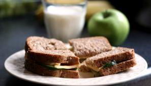 לחם העשיר בסיבים תזונתיים ושילוב חלבון מוריד את הערך הגליקמי של המזון.